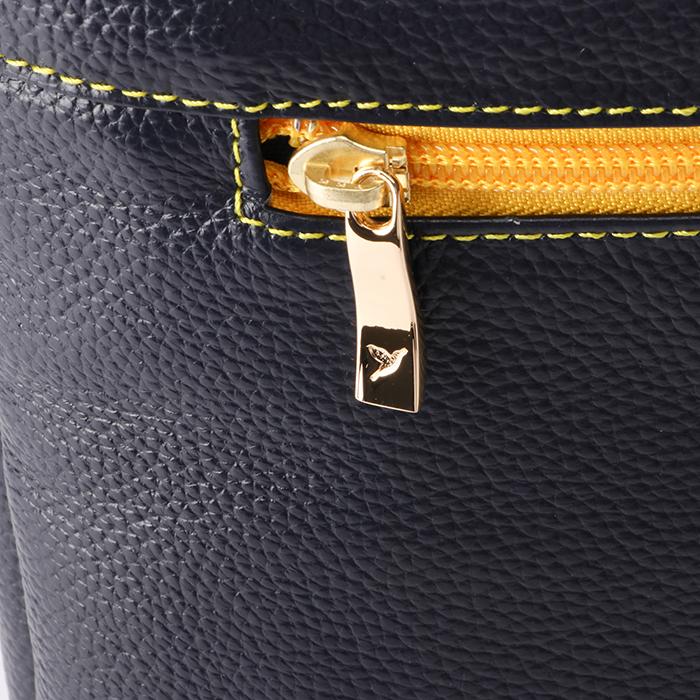 <p>国産YKKファスナー使用<br /> 引き手にピュアストークのロゴ</p>